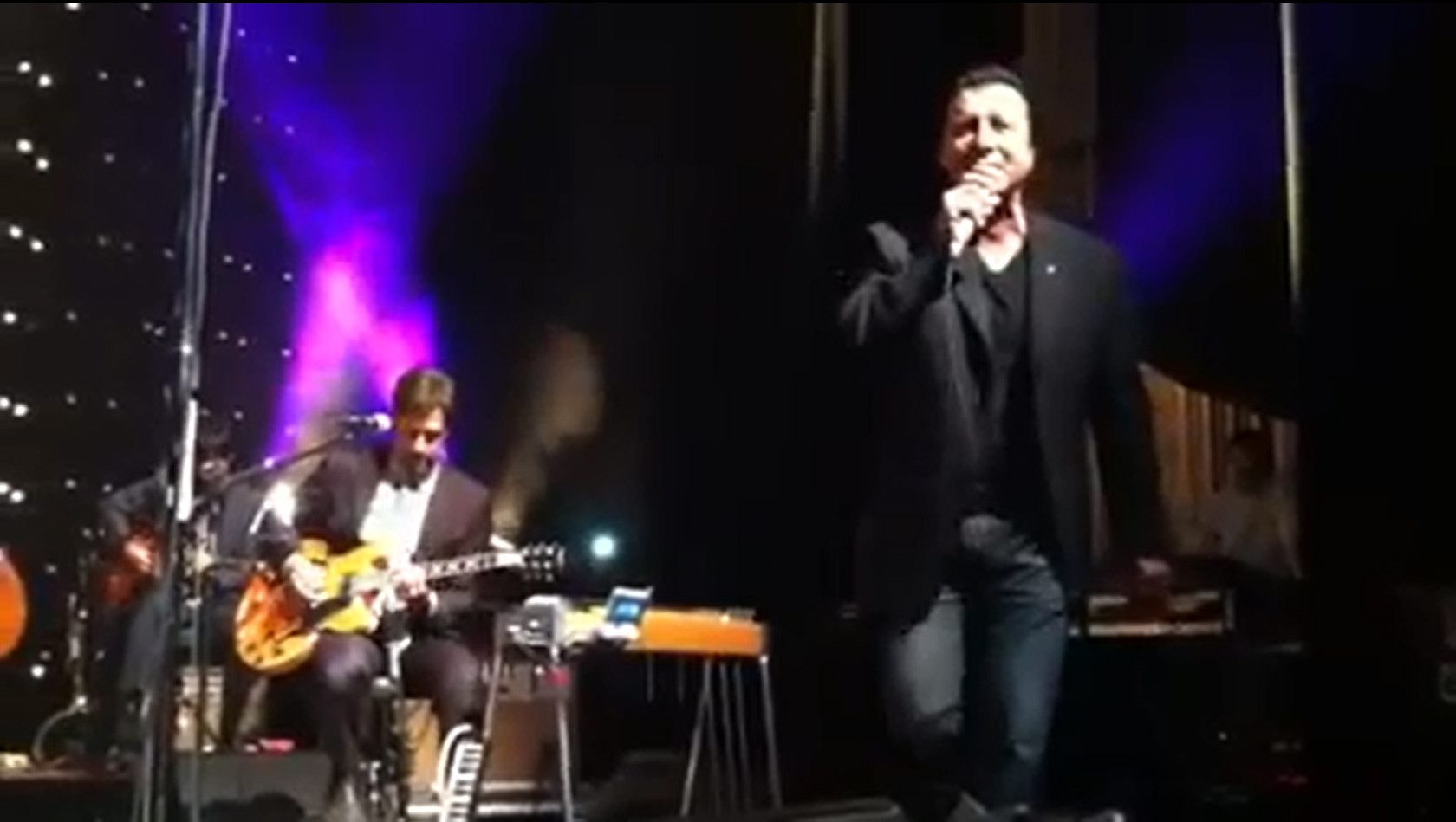 la-et-ms-watch-steve-perry-of-journey-sings-open-arms-with-eels-20140527-20140527